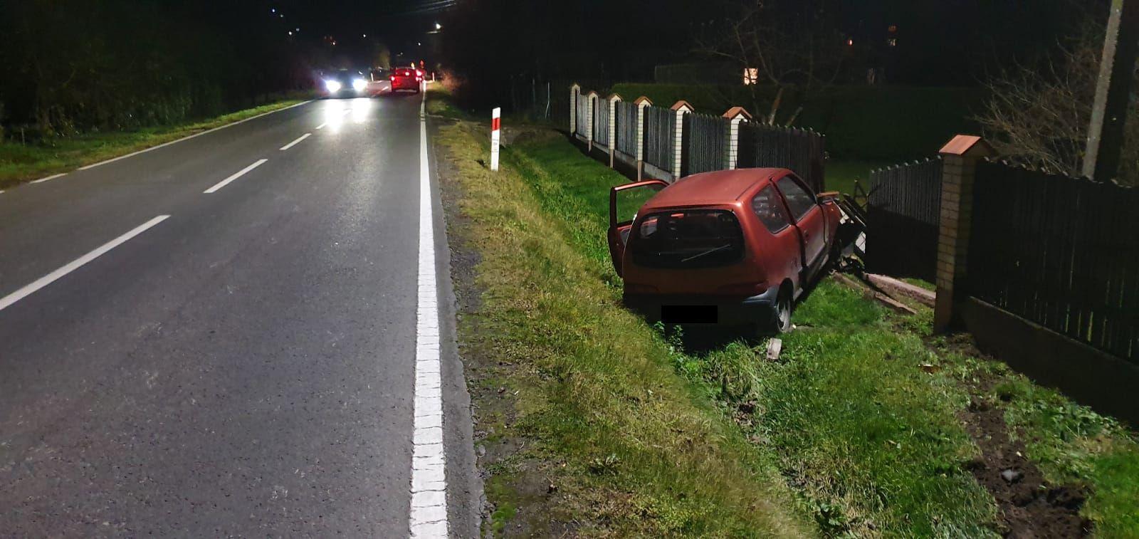 Kolizja na drodze wojewódzkiej, auto wypadło z drogi