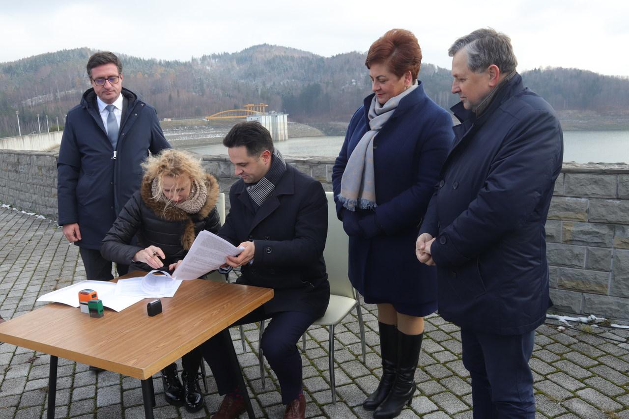 Podpisano ważną umowę. Nad Jeziorem Mucharskim powstanie pierwszy ośrodek rekreacyjny [FOTO]