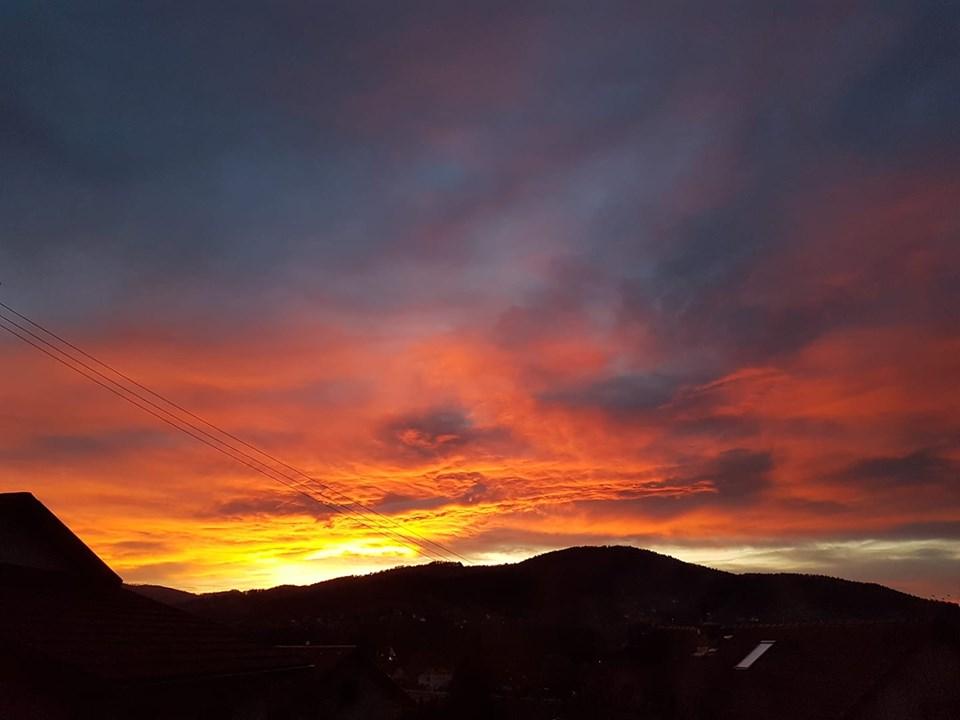 Zjawiskowy zachód słońca. Zaczyna mocniej wiać [FOTO]