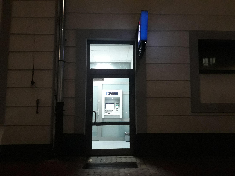 Pomieszczenie z bankomatem schronieniem dla bezdomnych