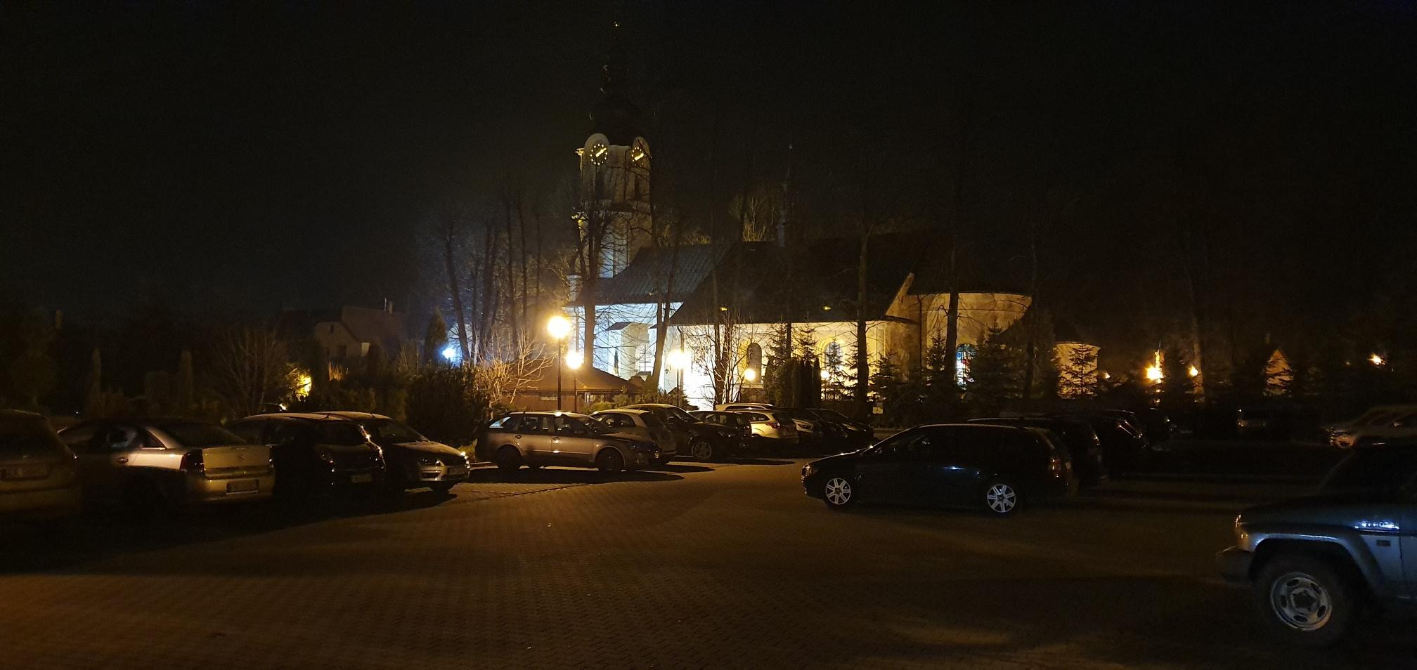 Parafia zamyka parking na noc, bo młodzież za bardzo rozrabiała