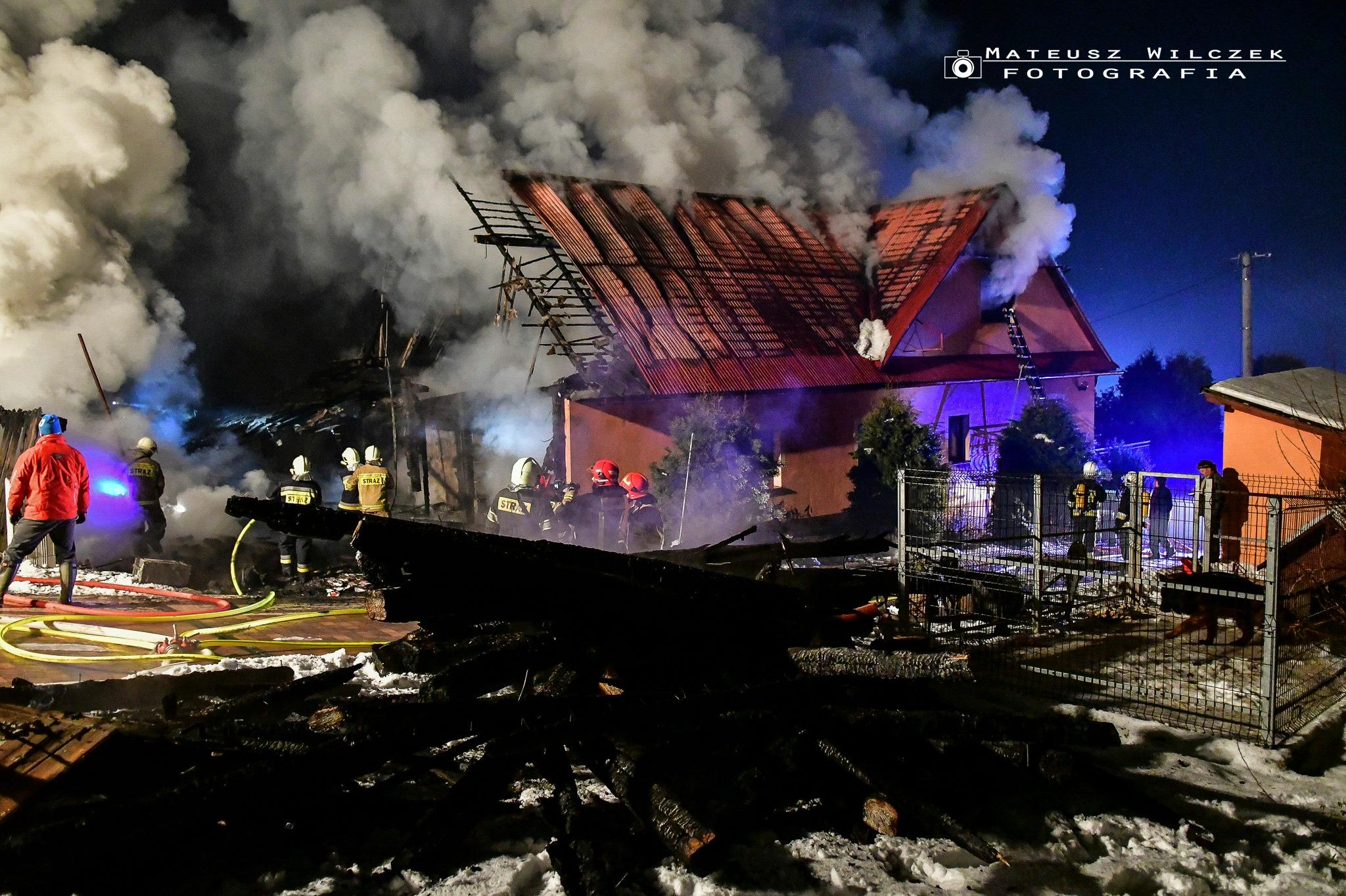 Ogromny pożar budynku. W nocy w akcji brało kilkanaście zastępów straży pożarnej