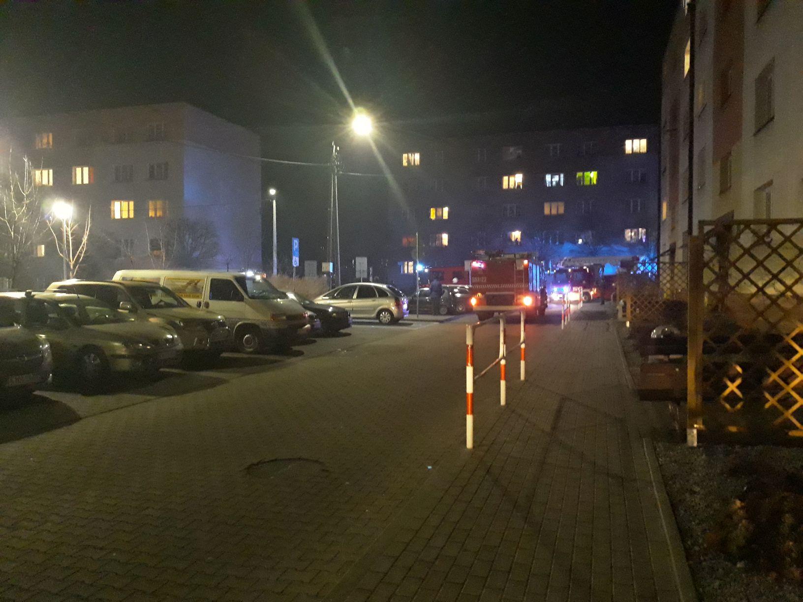 Interwencja służb ratowniczych na osiedlu w Andrychowie