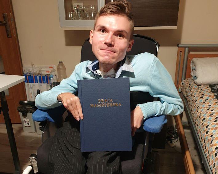 Historia 24 - latka z Andrychowa, który nie poddał się chorobie i właśnie skończył studia