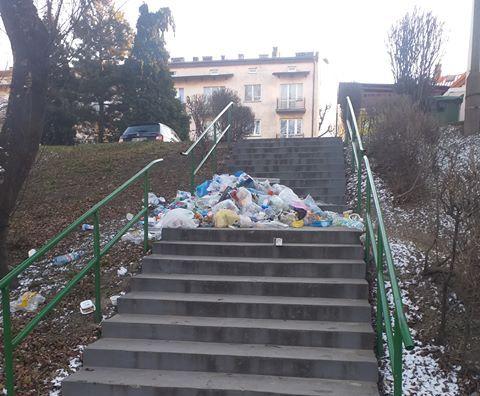Ktoś zrobił śmietnik na schodach
