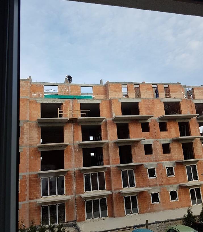 Skakanie z balkonu na balkon czy chodzenie bez zabezpieczenia po dachu to codzienność