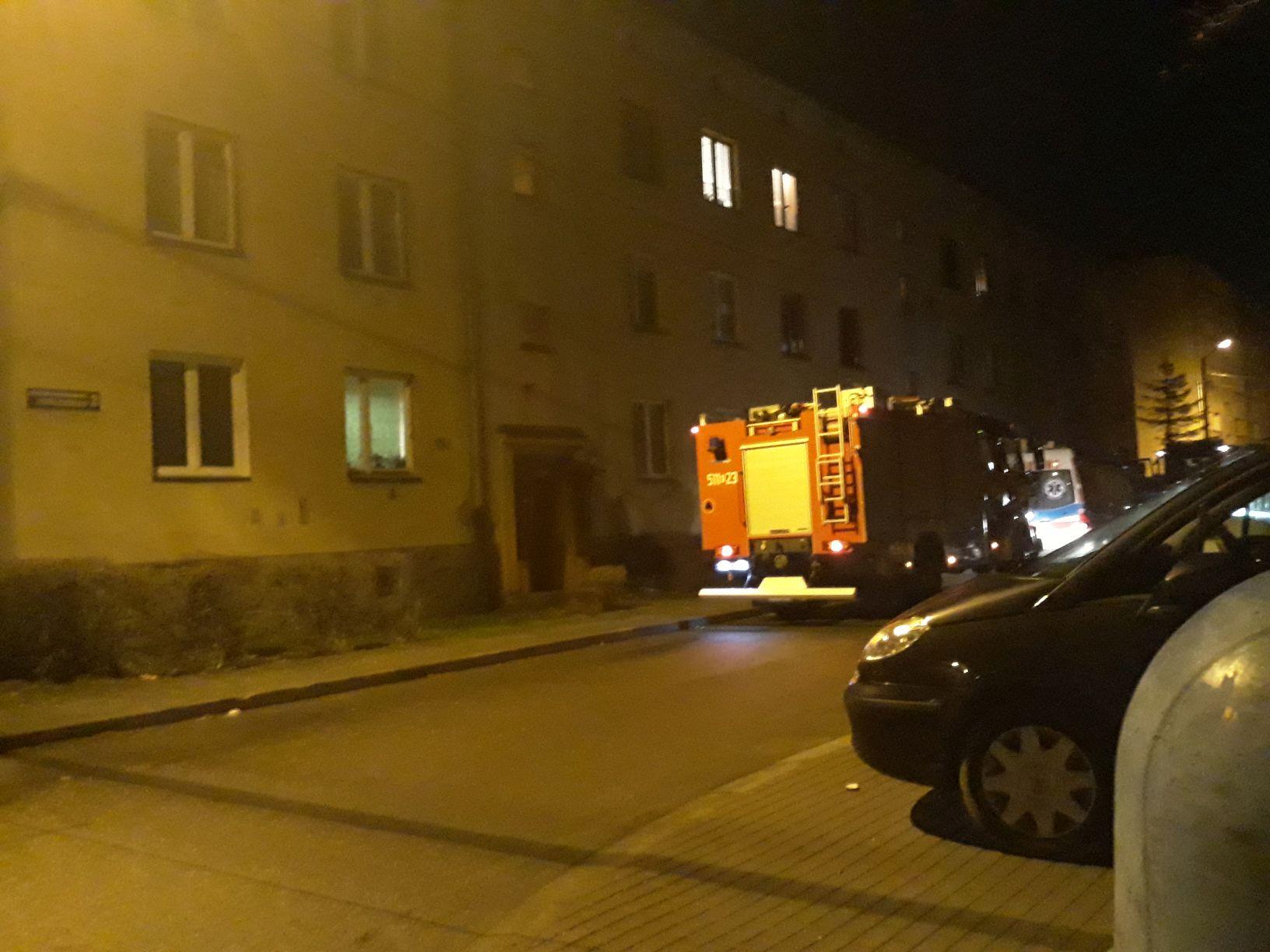 Starsza mieszkanka potrzebowała pomocy, na miejscu interweniowały służby ratownicze
