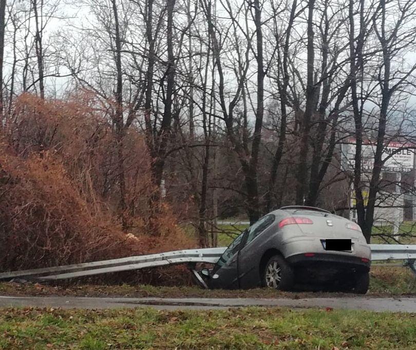 Niebezpieczny poślizg, auto wylądowało na barierze
