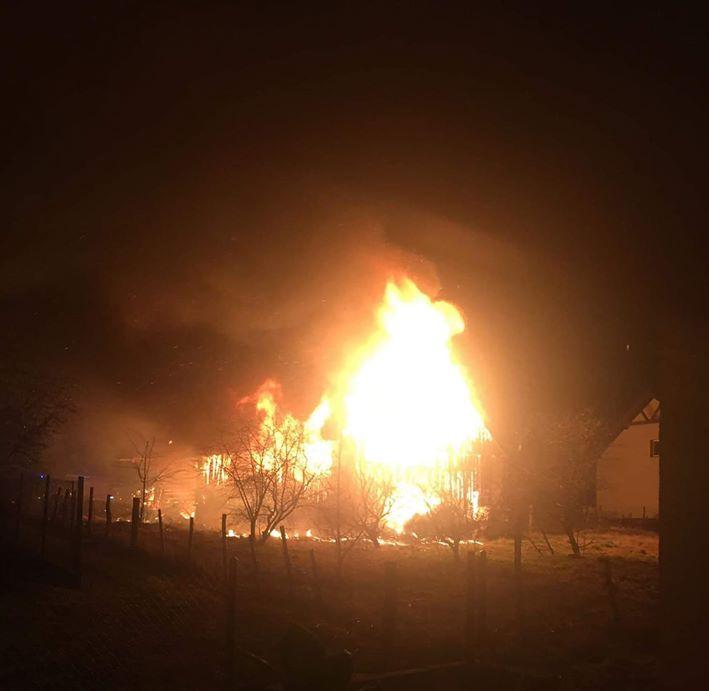 W nocy stodoła poszła z dymem