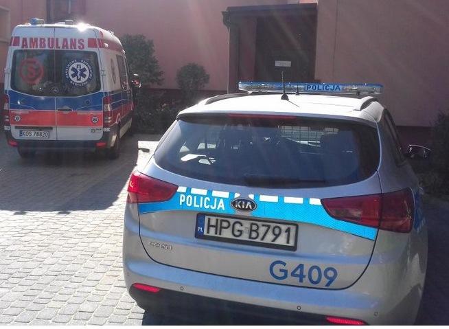 Policjant wyniósł seniorkę z zadymionego domu