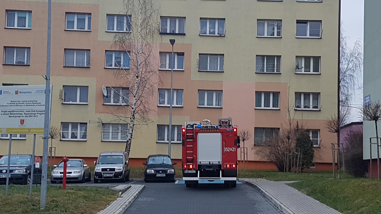 Interwencja strażaków w jednym z bloków na osiedlu