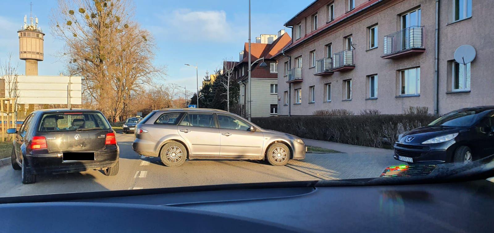 Auto stoi na środku drogi, bo kierowca o czymś zapomniał