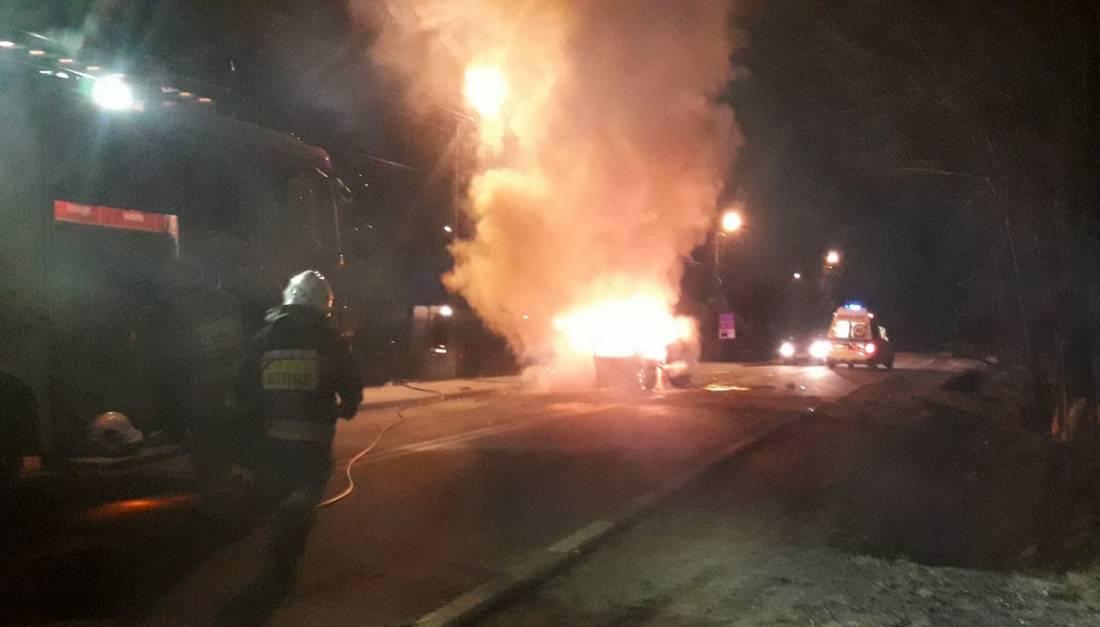 Auto uderzyło w drzewo i stanęło w płomieniach. Kierowca nie żyje