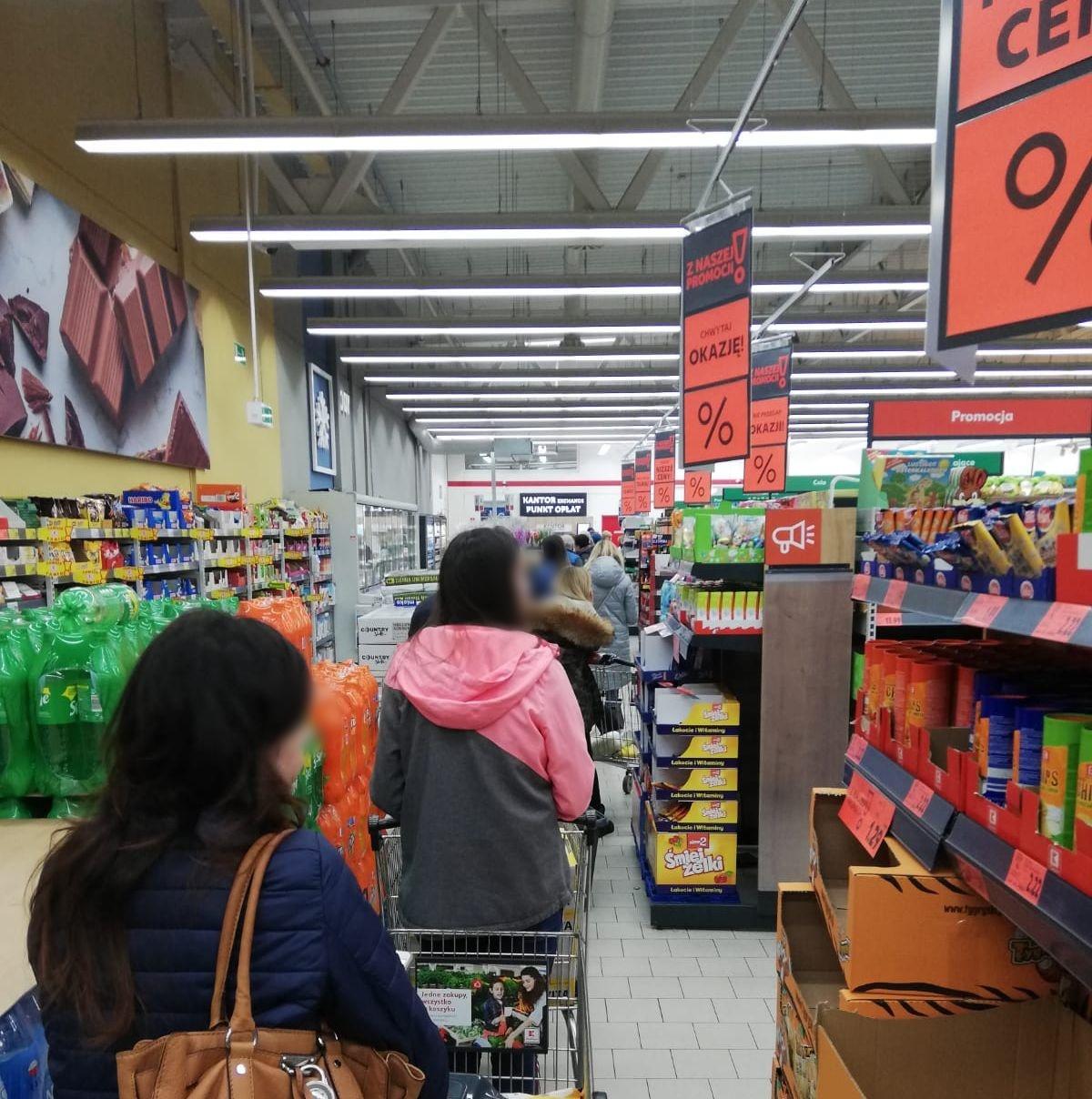 Ludzie szturmują sklepy. Rząd: Nie ma powodu, by robić nadmierne zakupy
