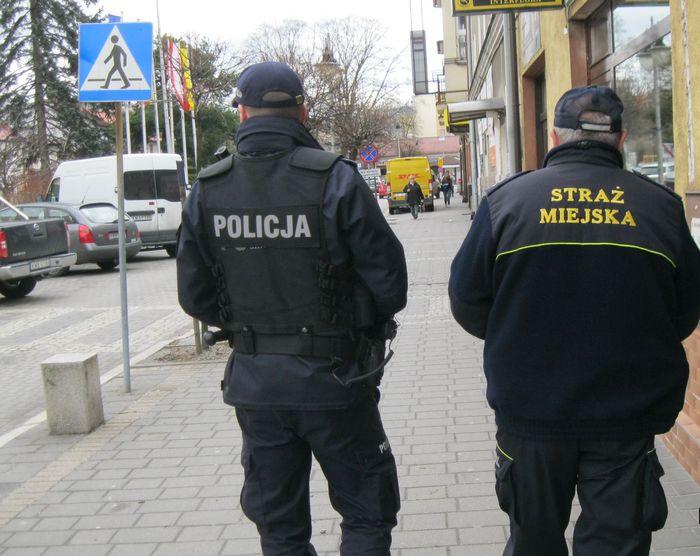 Straż miejska i policja pilnują młodzieży. Burmistrz: taryfy ulgowej nie będzie