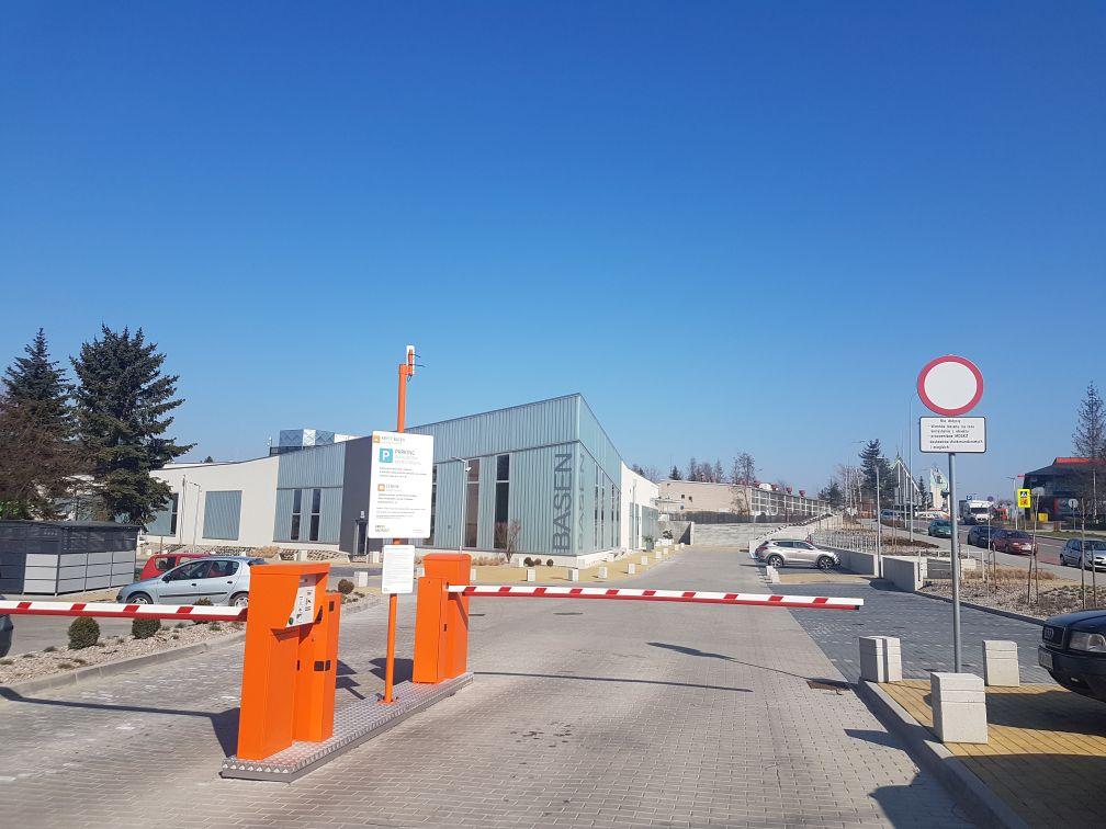 Mieszkańcy apelują do władz o podniesienie szlabanów na parkingu