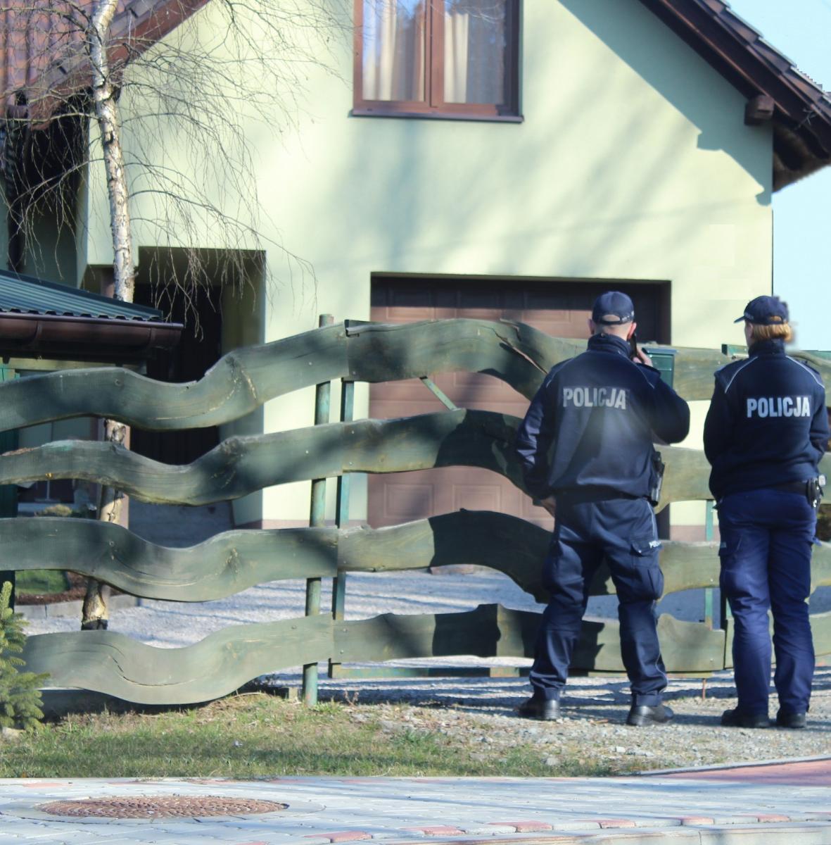 Policjanci kontrolują osoby, które są objęte kwarantanną