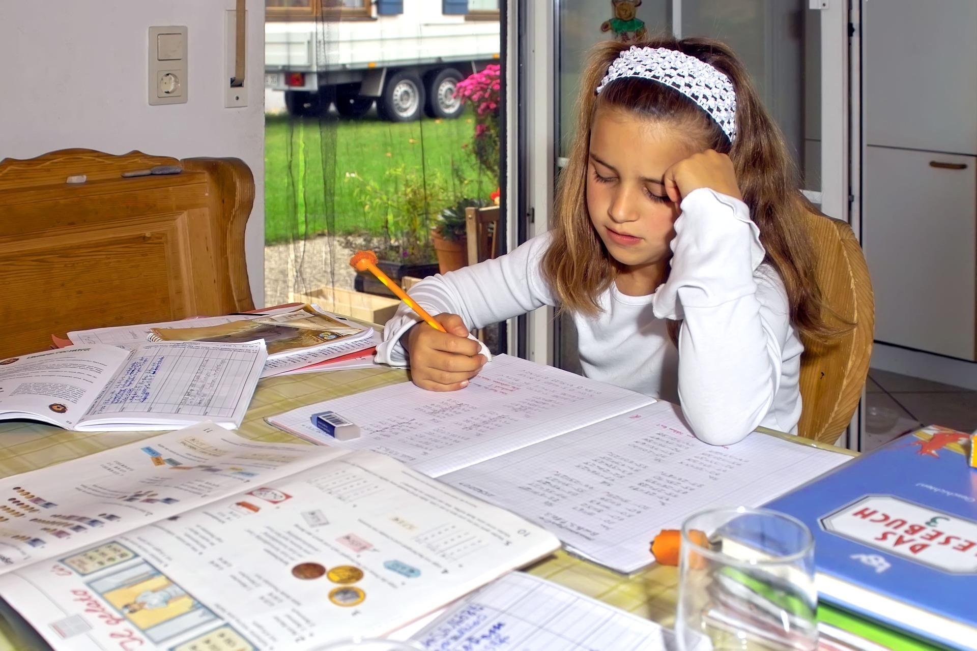 Szkoły zamknięte, ale zadania domowe sypią się lawinowo. Kto ma je odrabiać? Dzieci czy rodzice?