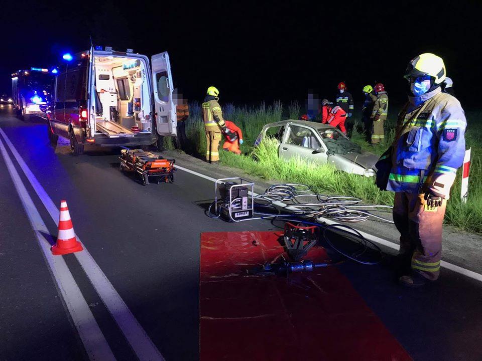 Samochód wypadł z drogi, nocna akcja ratownicza na DK nr 28