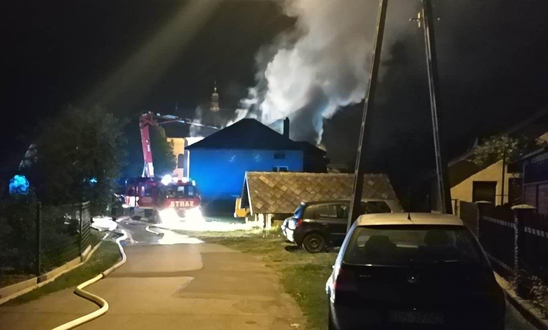 Policjanci ewakuowali seniorów z płonącego domu