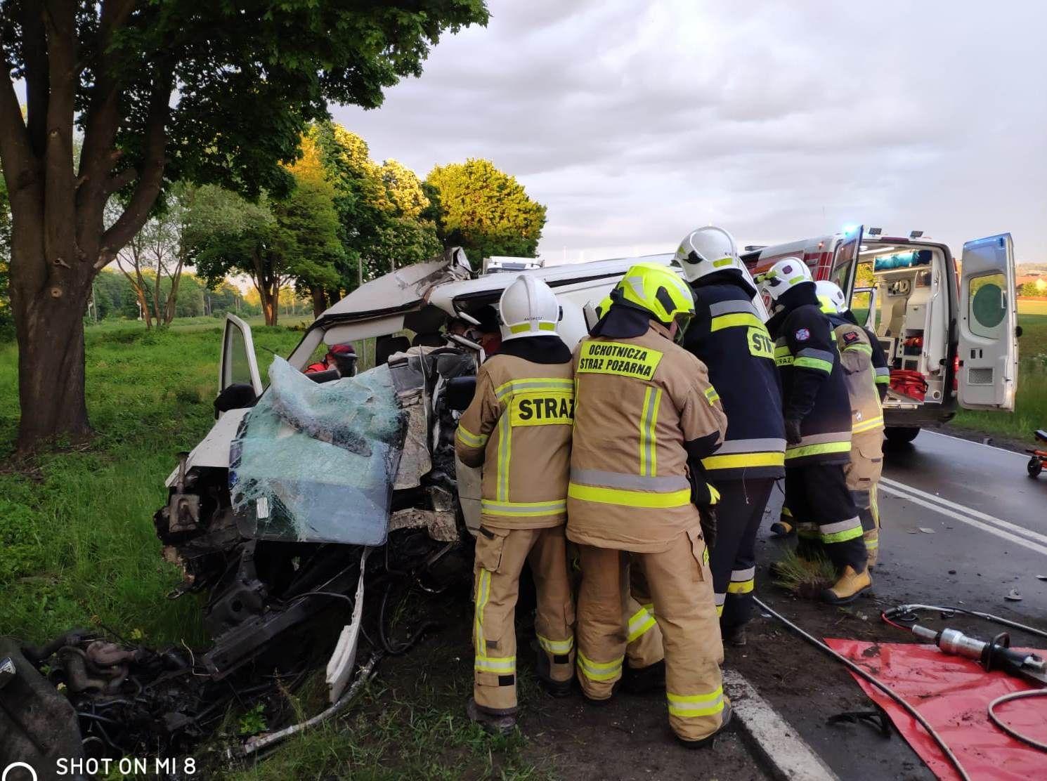 Samochód dostawczy roztrzaskał się na drzewie [FOTO] [AKTUALIZACJA]