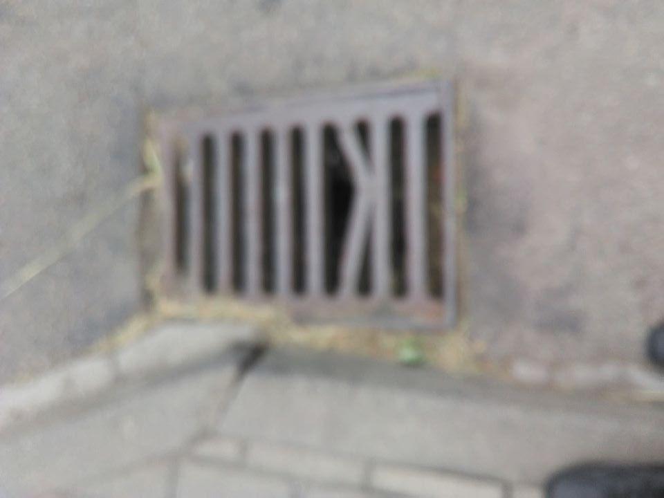 Nóżka dziecka utknęła w zniszczonej kratce kanalizacyjnej