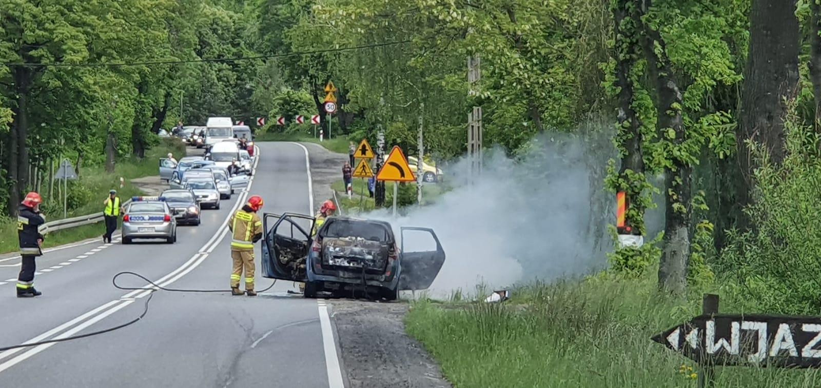 Pożar samochodu na krajówce w Inwałdzie [VIDEO]