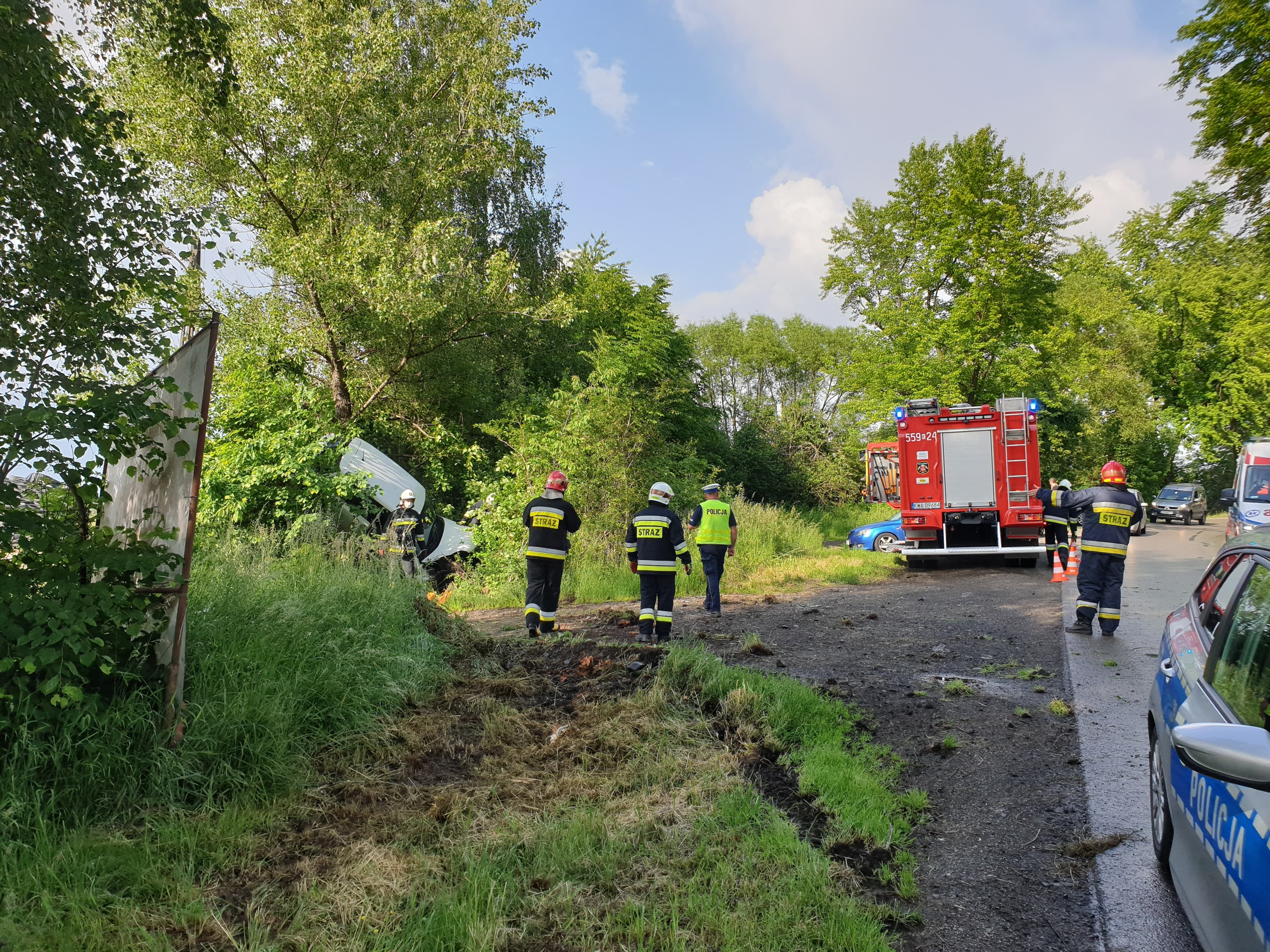 Wypadek na Wadowickiej. Auto wypadło z drogi i wylądowało na drzewie