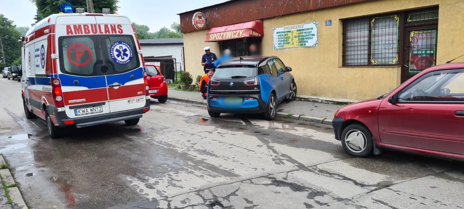 Kolizja w Andrychowie. Auto prawie wjechało do sklepu [FOTO]
