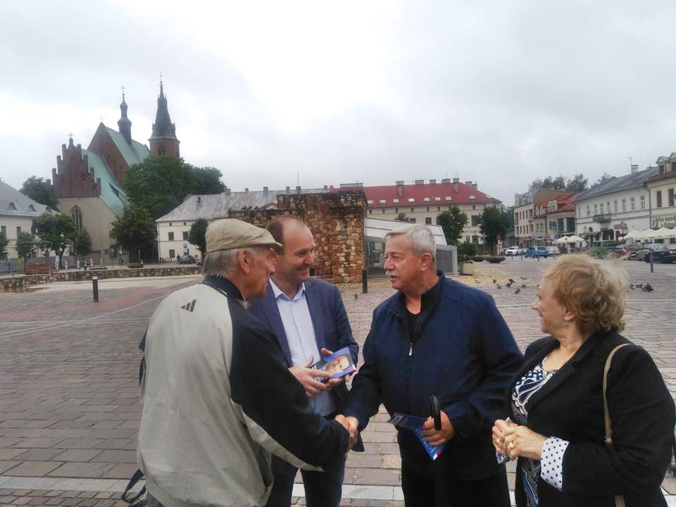 Poseł PO ma problem z przekonywaniem do głosowania na Trzaskowskiego na rynku