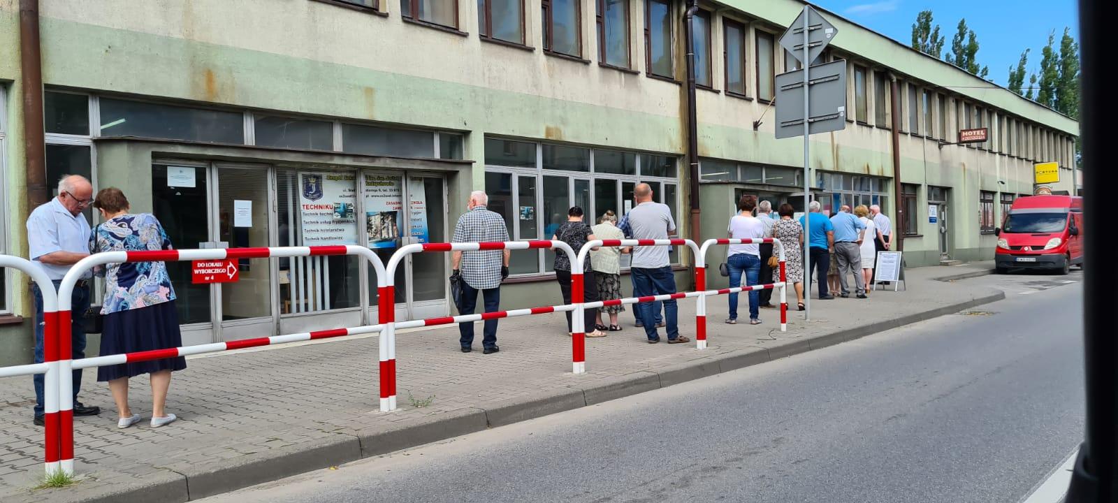 Trwają wybory prezydenckie, kolejki przed niektórymi lokalami