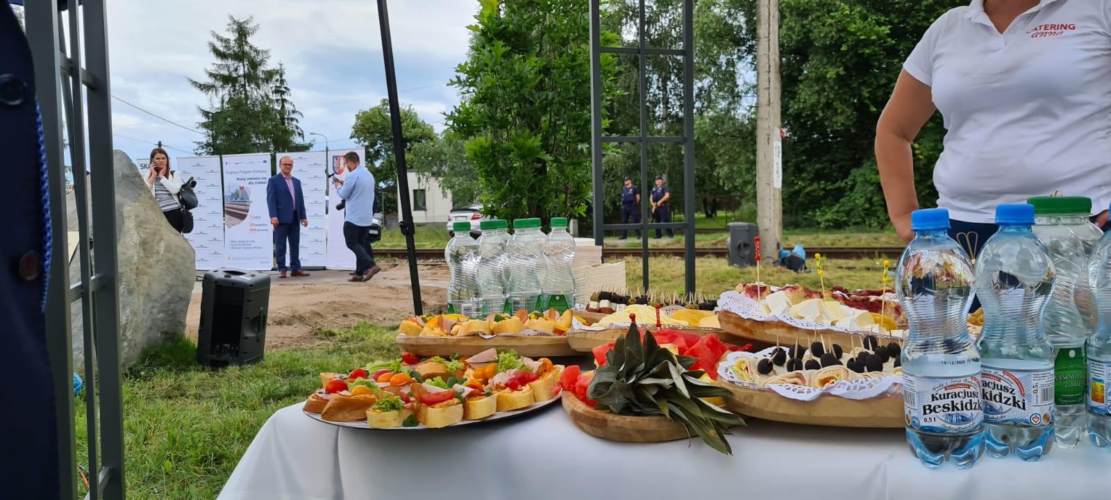 Specjalne przygotowania na wizytę ministra. Jest nawet stolik z cateringiem [FOTO]