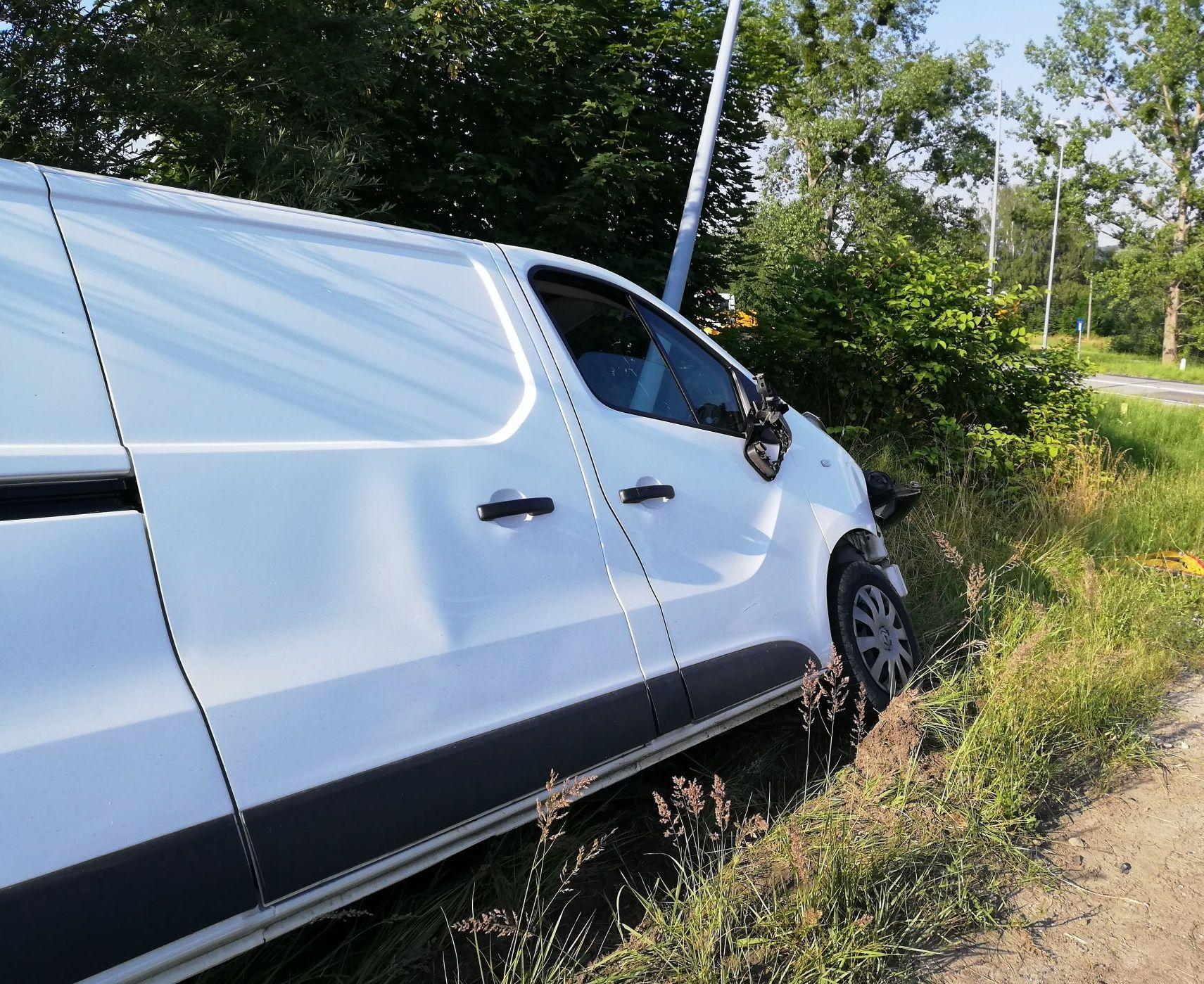 Samochód uderzył w słup