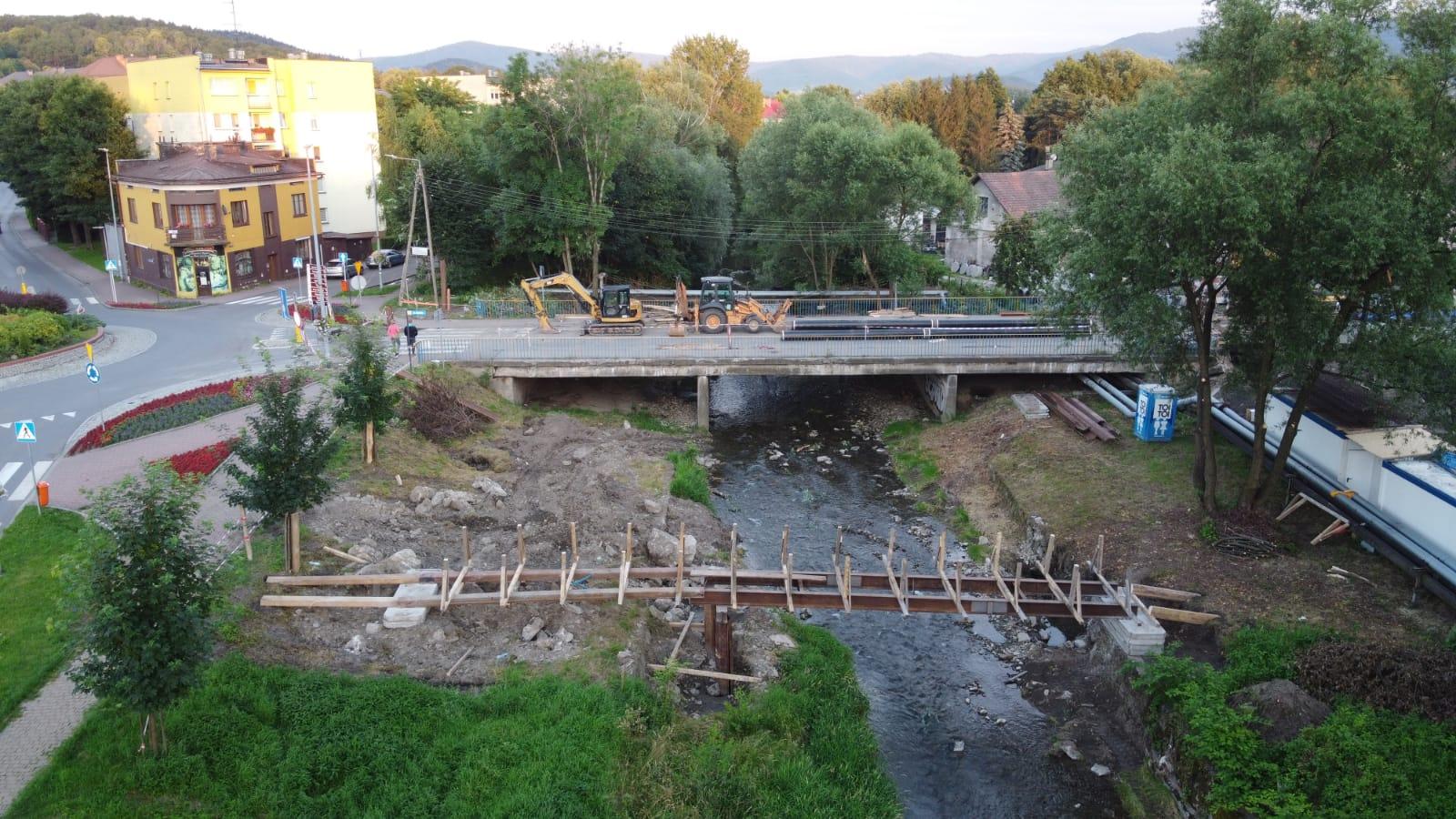 Kładka dla pieszych w rejonie budowanego mostu