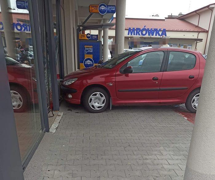 Samochód uderzył w witrynę sklepu