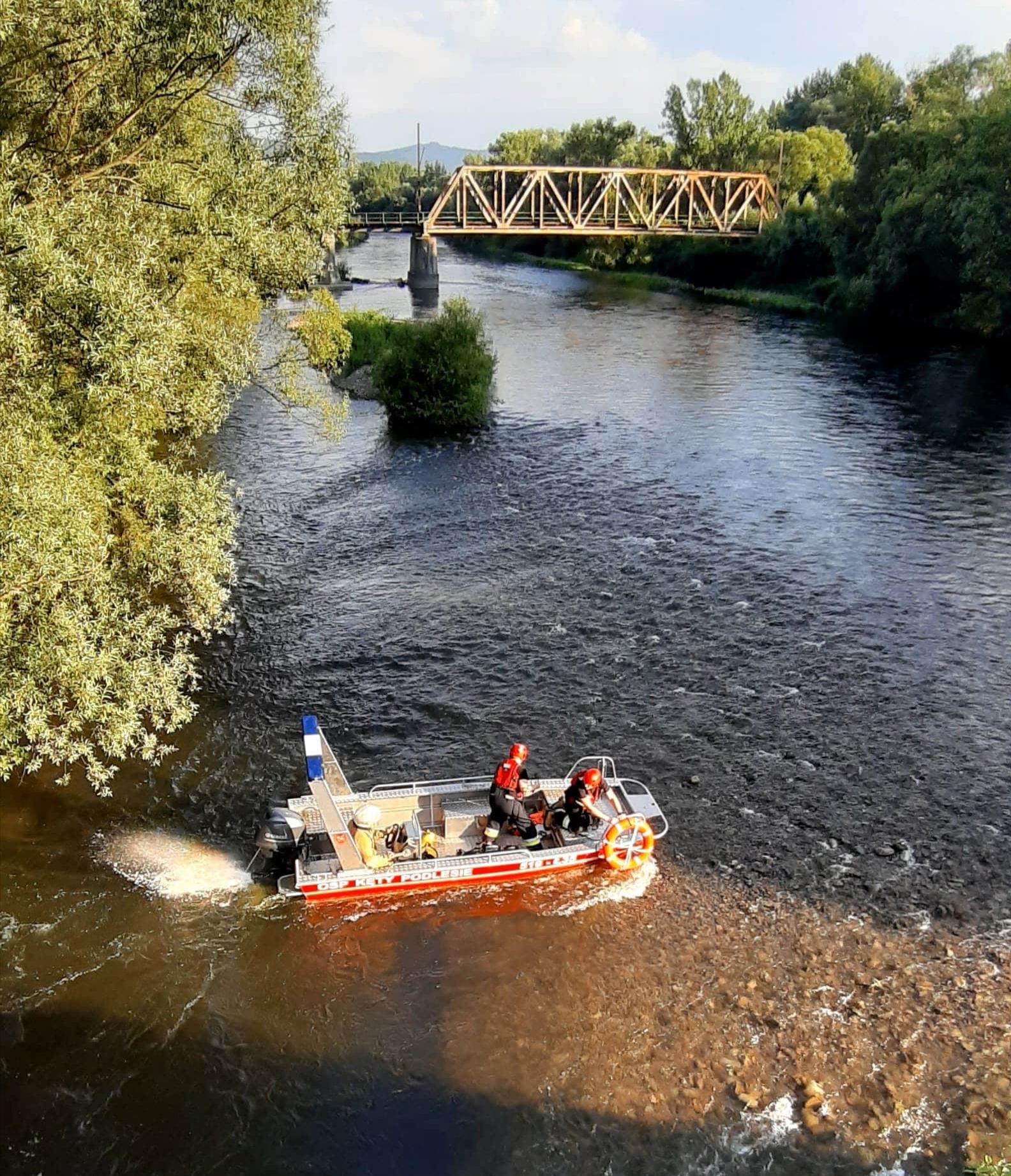 Utknęli na środku rzeki. Z pomocą przybyli strażacy