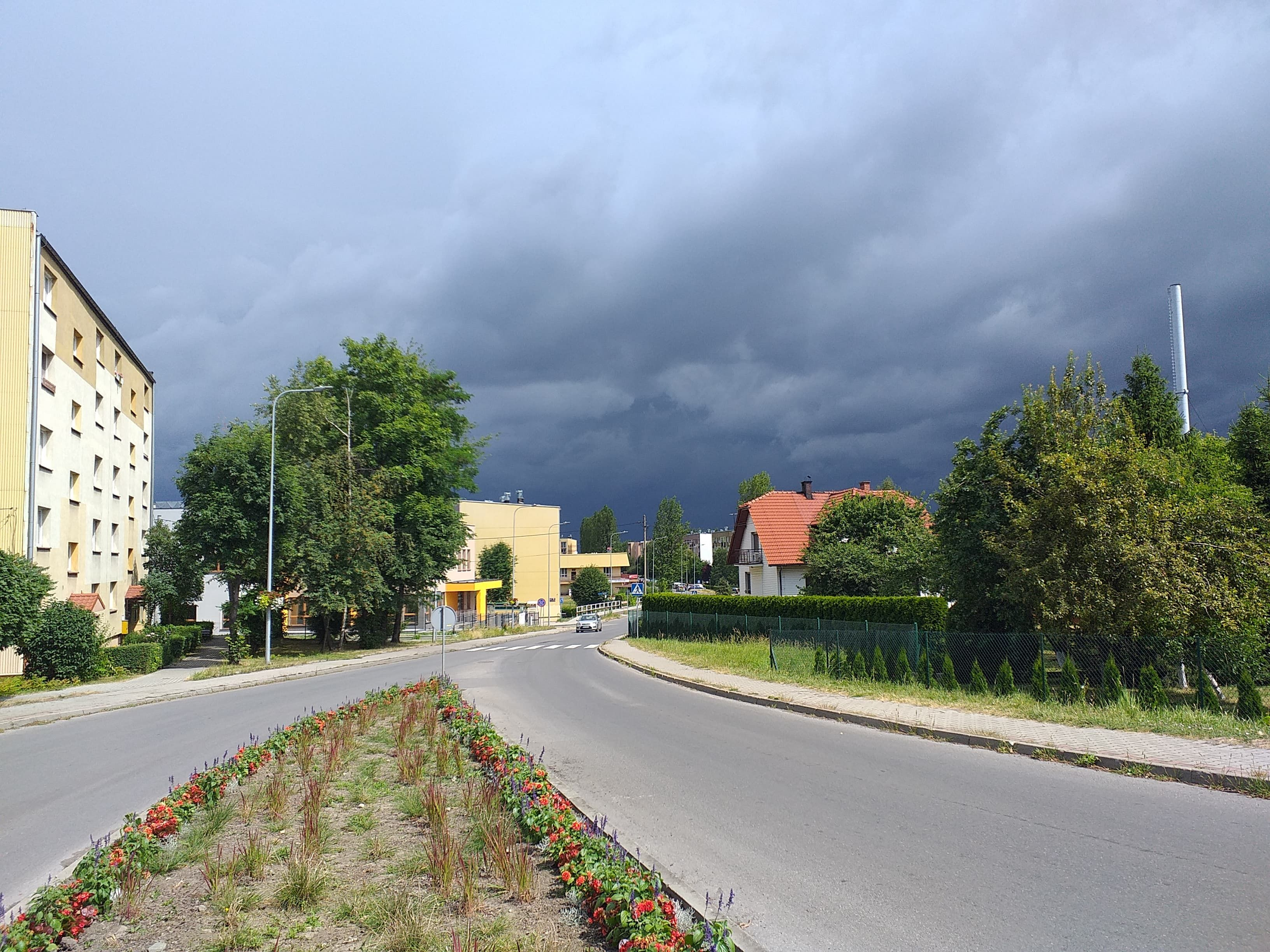 Deszcz, wiatr i grad. Ostrzeżenie o burzach w niedzielne popołudnie