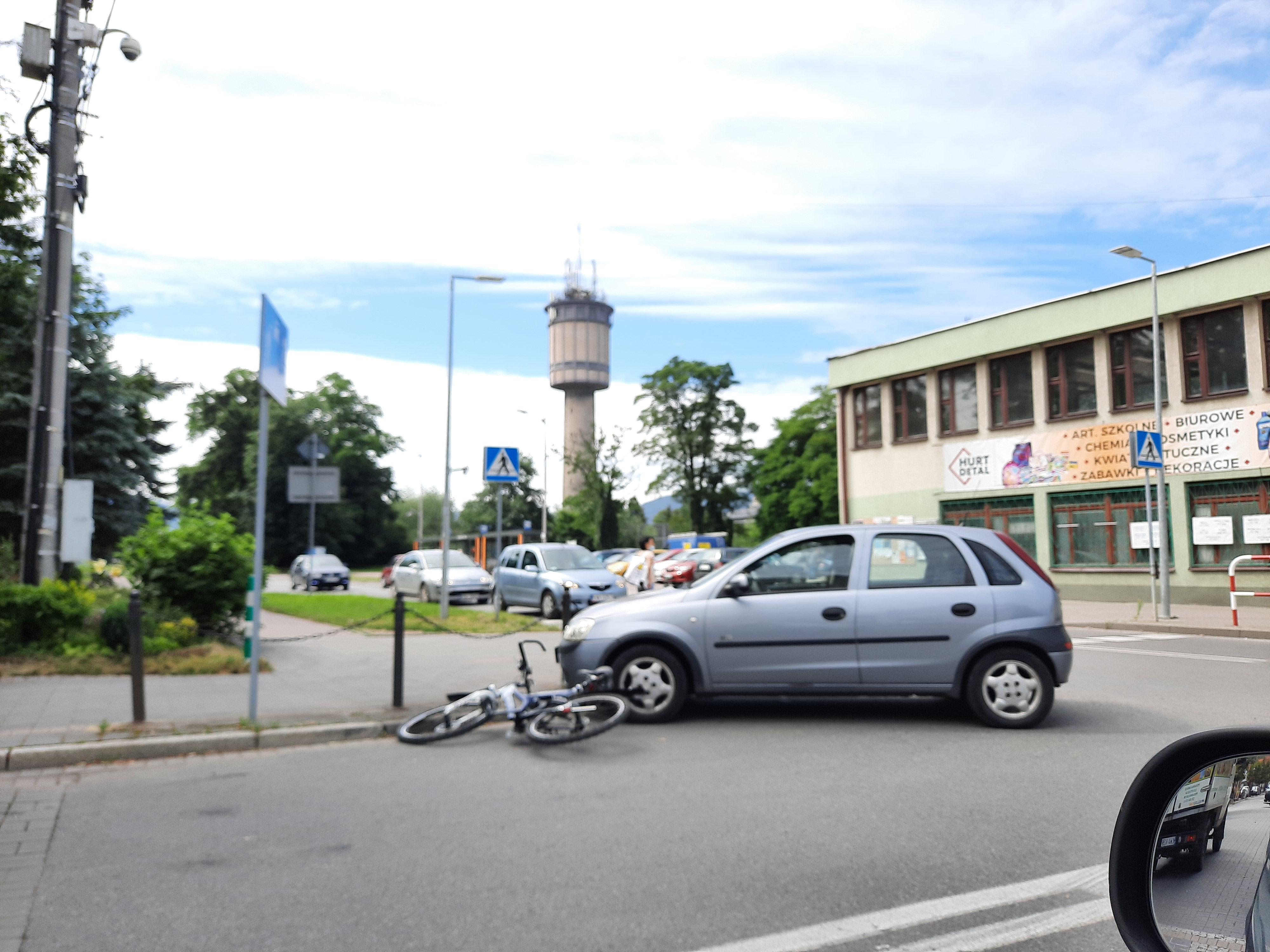 Rowerzysta potrącony obok hali sportowej