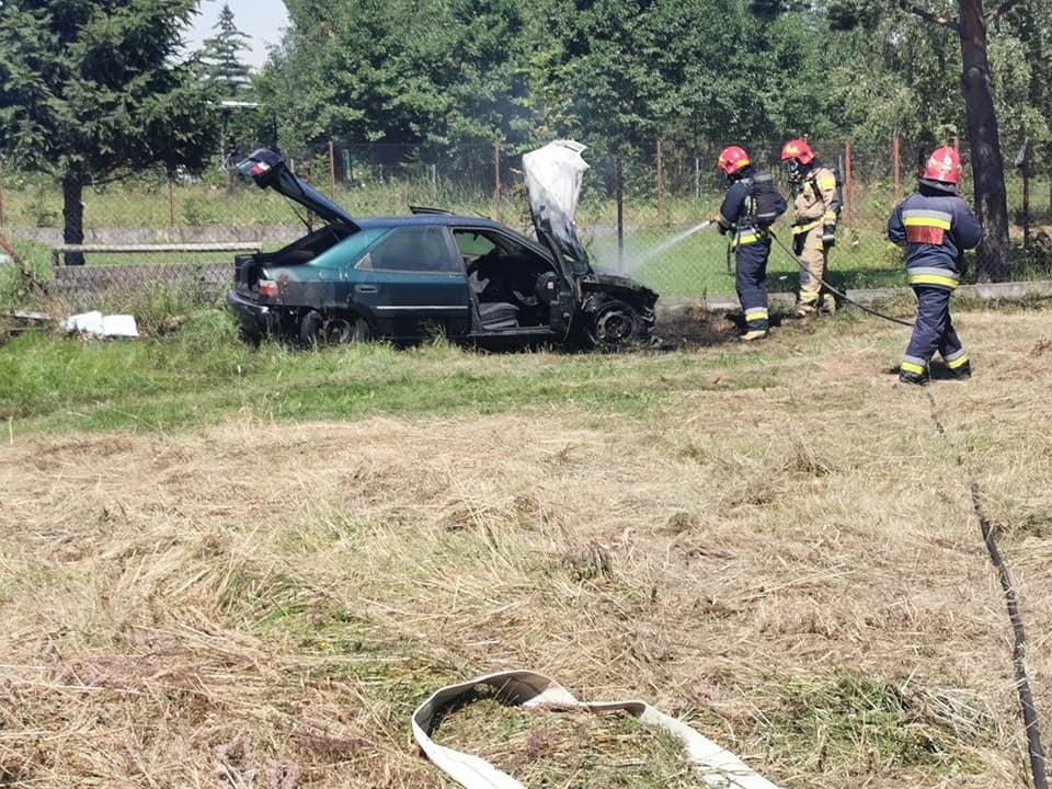 Pożar samochodu na granicy Sułkowic i Rzyk