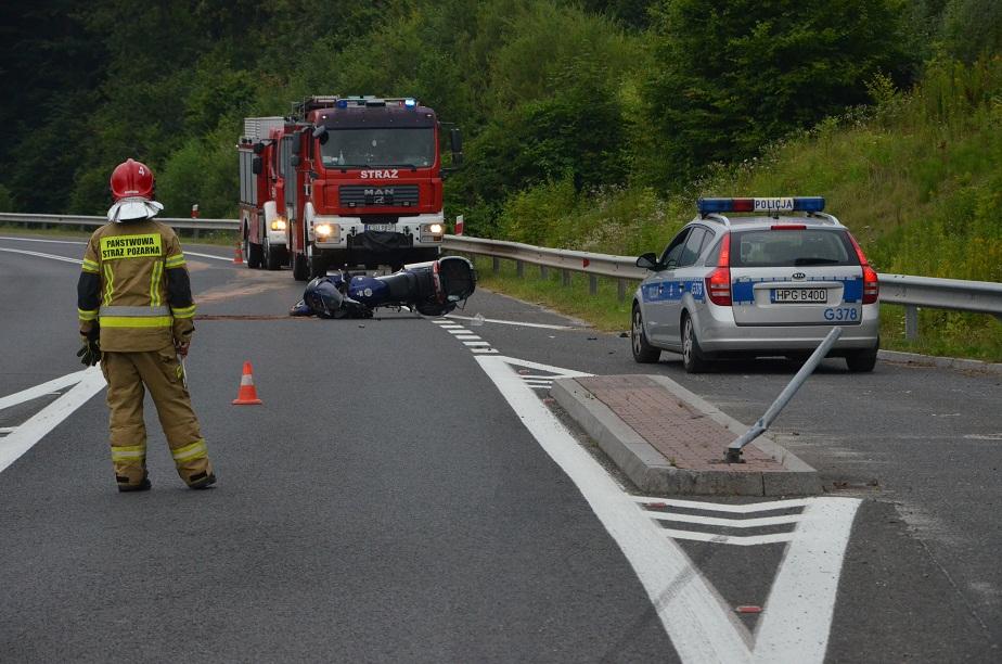 Motocyklista stracił panowanie nad pojazdem i uderzył w bariery energochłonne