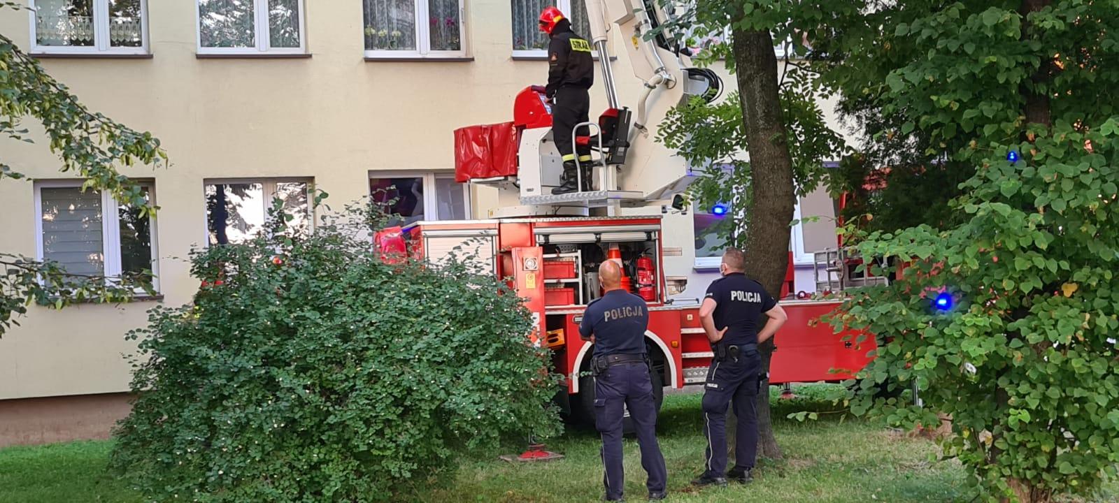 Interwencja policjantów i strażaków na osiedlu w Andrychowie