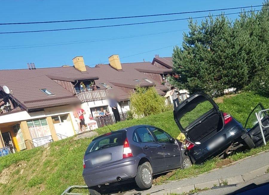 Kolizja. Dwa auta wylądowały w rowie