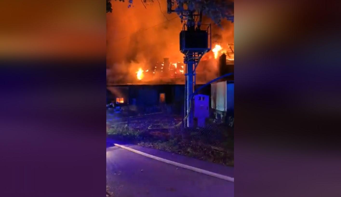 Kilkadziesiąt zastępów straży pożarnej gasi pożar zakładu [AKTUALIZACJA]