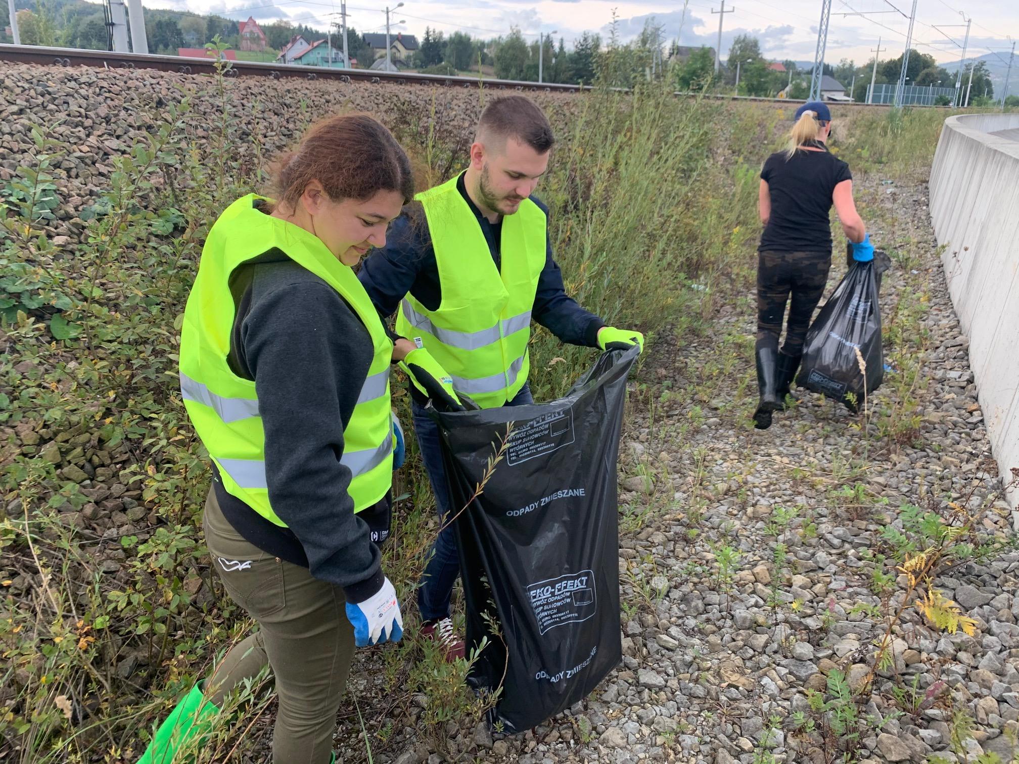 Zebrali blisko 600 worków śmieci nad brzegiem jeziora!