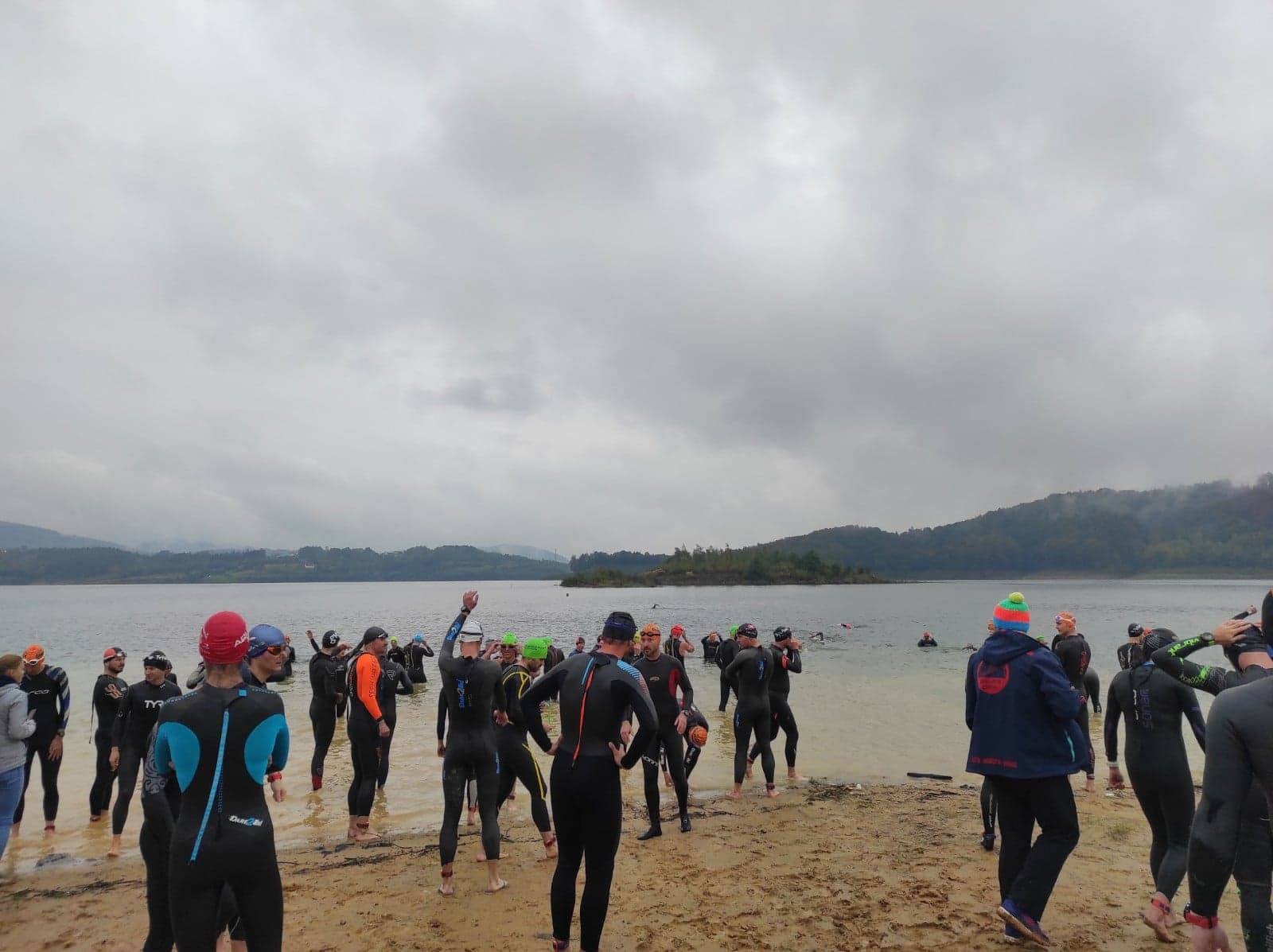 Triathlon rozpoczęty. Na początek pływanie w jeziorze i  rowerem na Kocierz