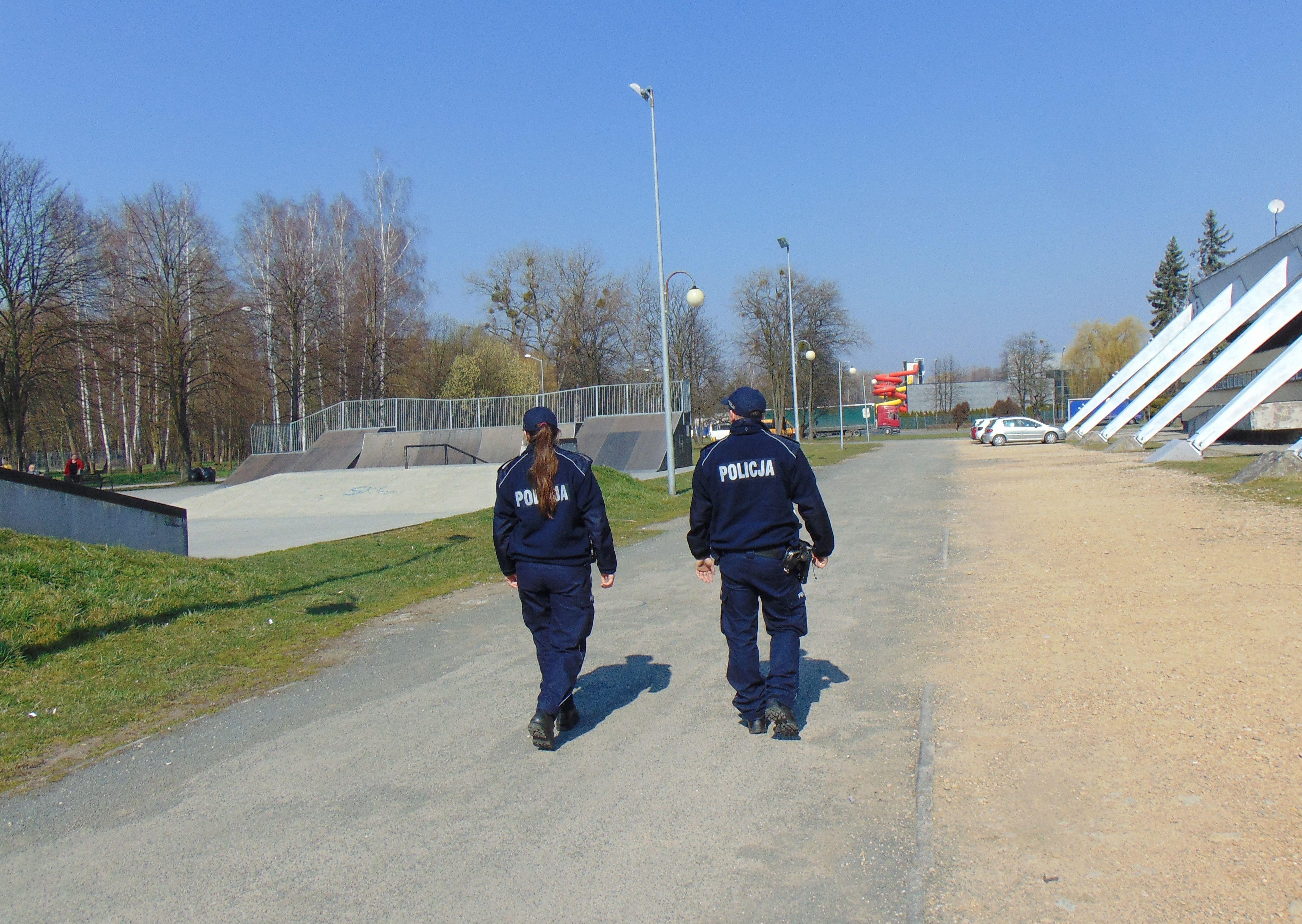 Policjanci sprawdzają, czy mieszkańcy noszą maseczki na ulicach