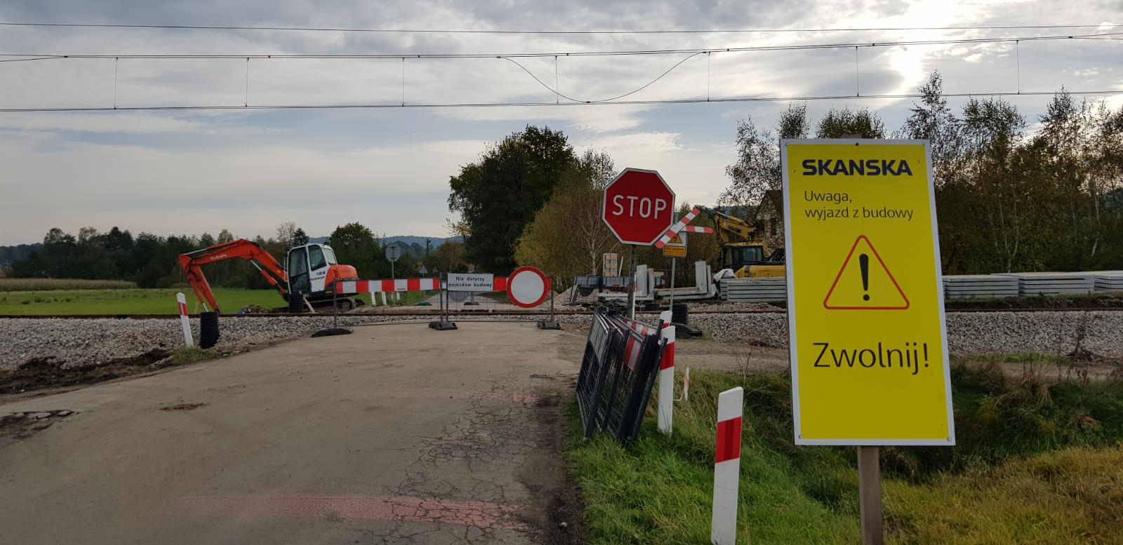 Coraz więcej utrudnień dla kierowców w związku z remontem linii kolejowej [FOTO]