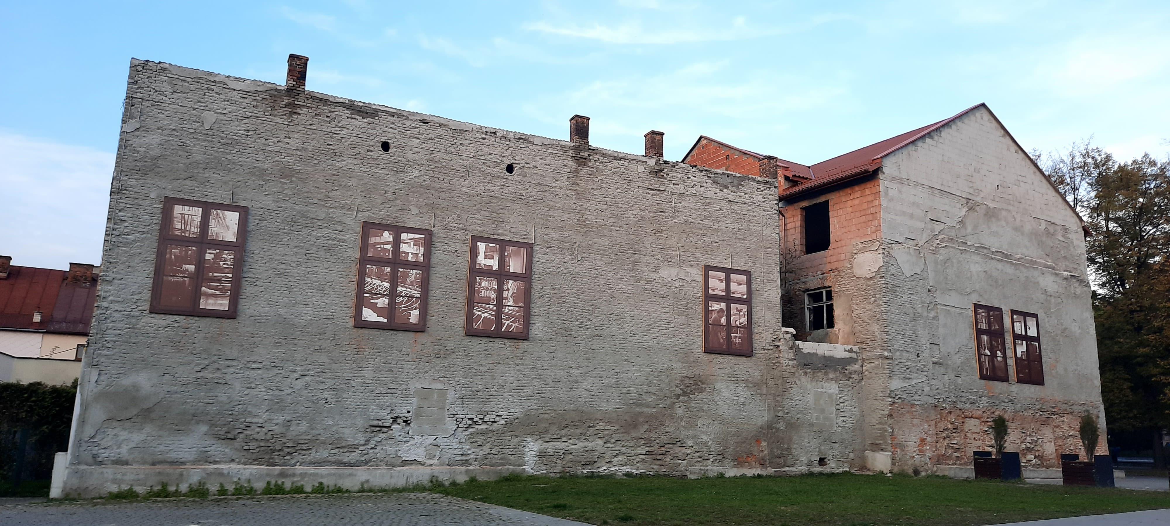 Na kamienicy w centrum miasta pojawiła się imitacja okien