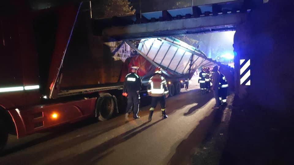 Ciężarówka uderzyła w wiadukt