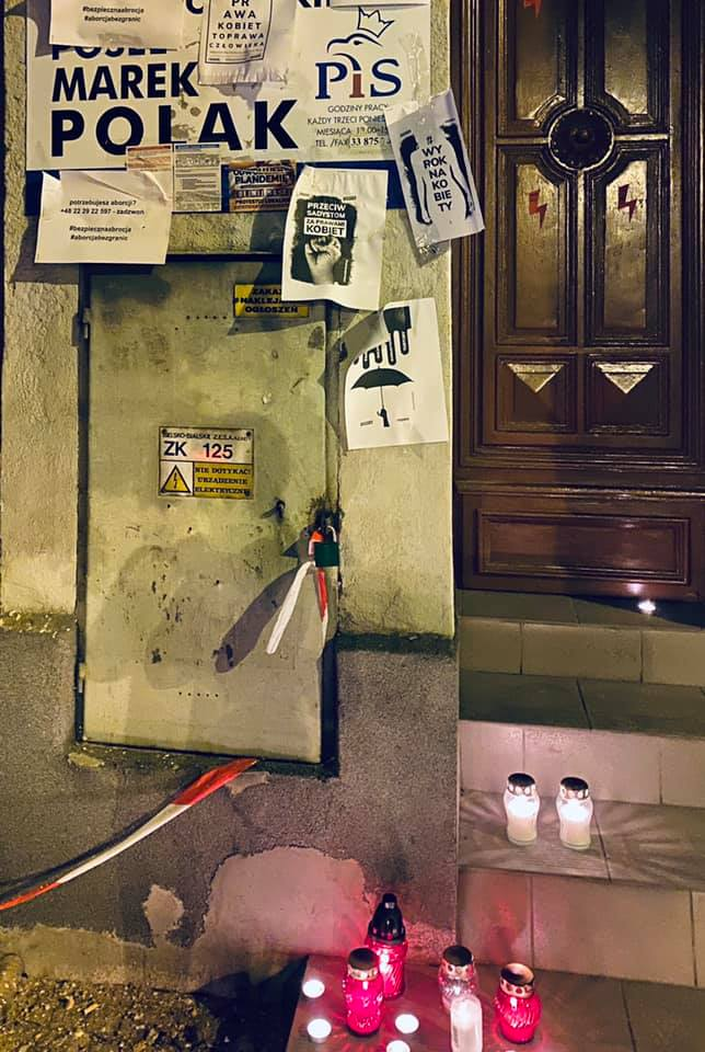 Znicze i ulotki przed biurem posła PiS z Andrychowa. O co chodzi? [AKTUALIZACJA]
